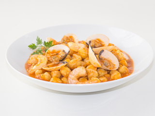 Chickpeas cooked with clams and shrimp à la marinière